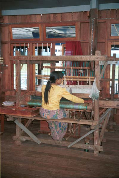Jpeg 39K 9809Q28 Weaving on Lake Inle, Shan State.