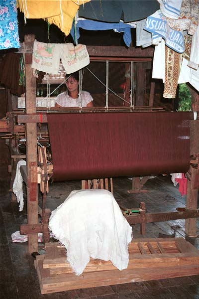 Jpeg 39K 9809R12 Weaving cloth for monks' clothing in a house off a waterway at the back of the floating market at Ywa-ma- Lake Inle, Shan State.