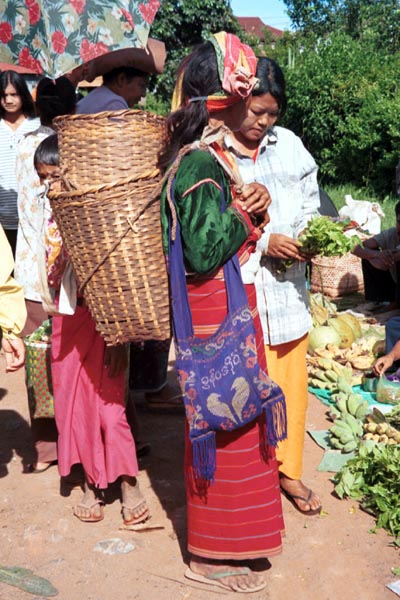 Jpeg 90K Silver Palaung woman at the rotating five day market in Kalaw, southwestern Shan State