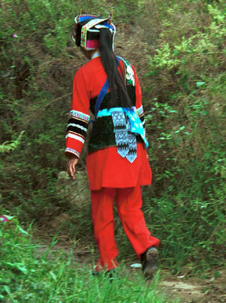 One of the Sani workers returning to the village - Stone Forest, Shilin, Stone Forest county, Yunnan province 0010b01.jpg