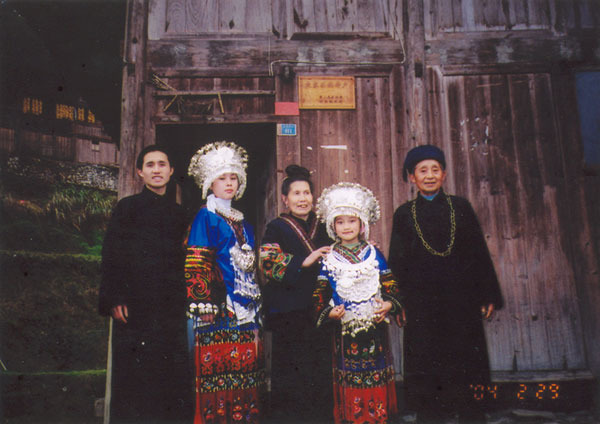 Jpeg 57K 220e Tony Chen, his girlfriend, mother, niece and father on 29 February 2004, Langde village, Guizhou province