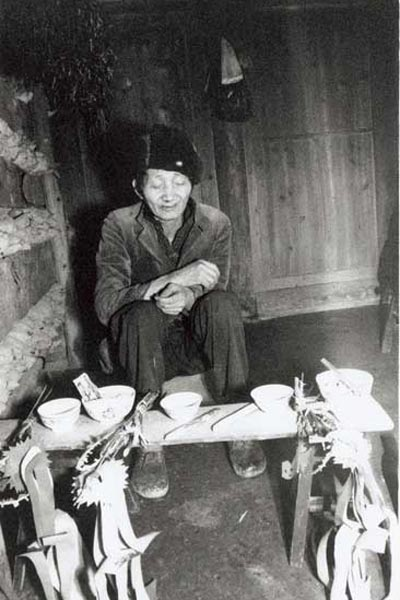 Jpeg 46K A Miao shamna carrying out a ceremony