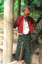 to Jpeg 37K Karen woman at the mahouts' lodgings near Mae Hong Son 8812j23.jpg