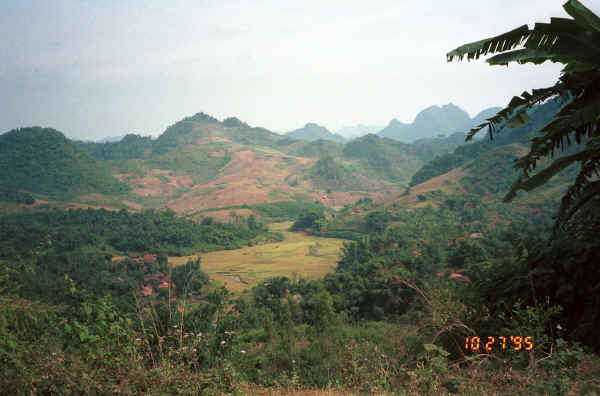 Jpeg 27K View from the road from near to Son La heading towards to Dien Bien Phu in Son La Province 9510C12.JPG