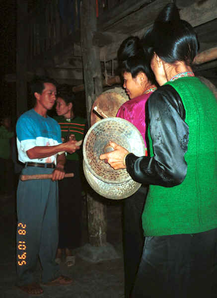 Jpeg 27K Black Thai beating the drum and playing cymbals for dancing - Dien Bien Phu, Lai Chau Province 9510E36.JPG