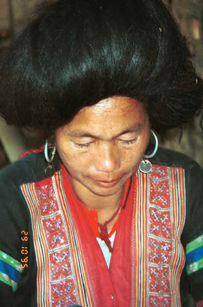 Red Hmong woman in a village in Lai Chau province, northern Vietnam 9510f30.jpg