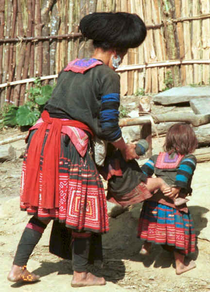 Green Hmong mother and children in a village in Lai Chau province, northern Vietnam 9510f32.jpg