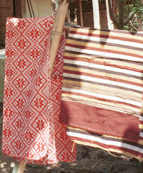 Southern White Thai (Tai Dam) cloth for blankets or pha lai or, in this case as it is red, it may be called pha daang Ban Lac village, Mai Chau District in Hoa Binh Province near the border with the north-western part of Thanh Hoa Province in north west Vietnam 9510A22.JPG